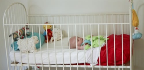 Een klein mannetje in een groot bed